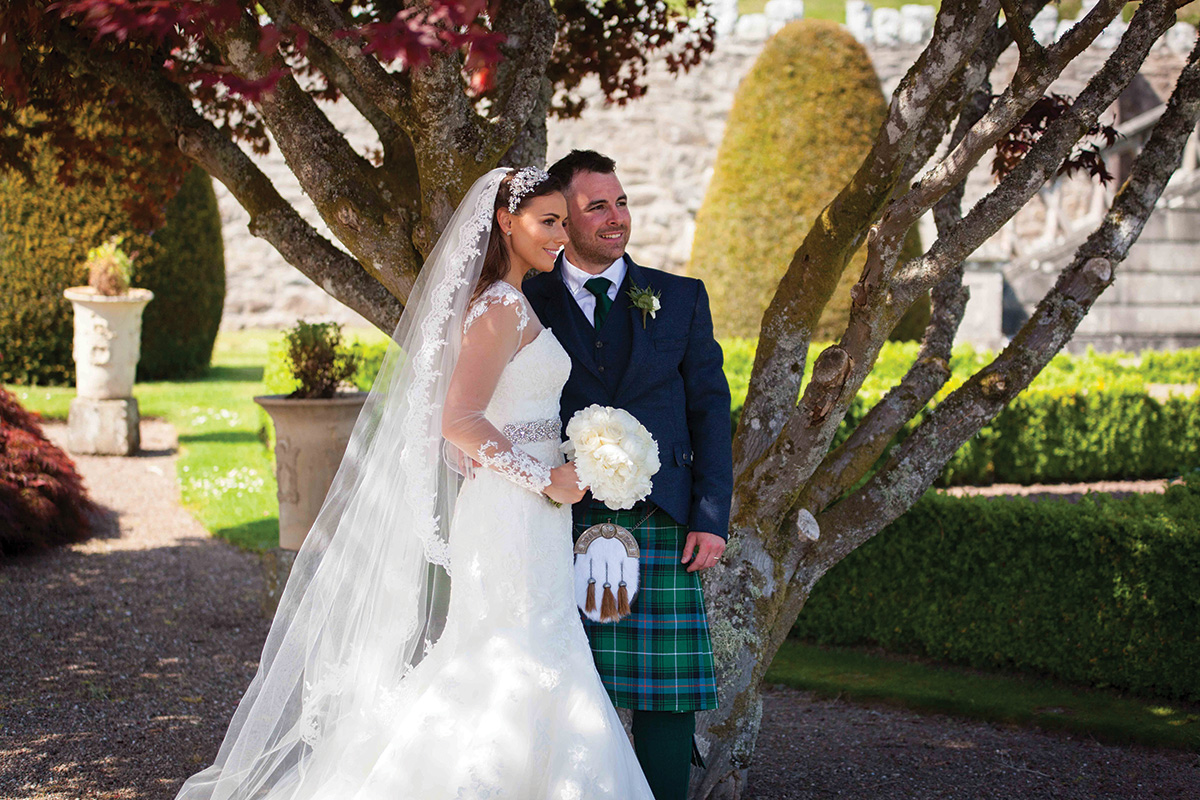 bride-with-leace-veil-and-groom-in-kilt