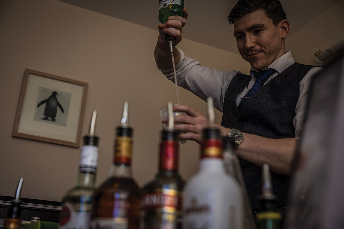 pure_bartending_barman_pouring