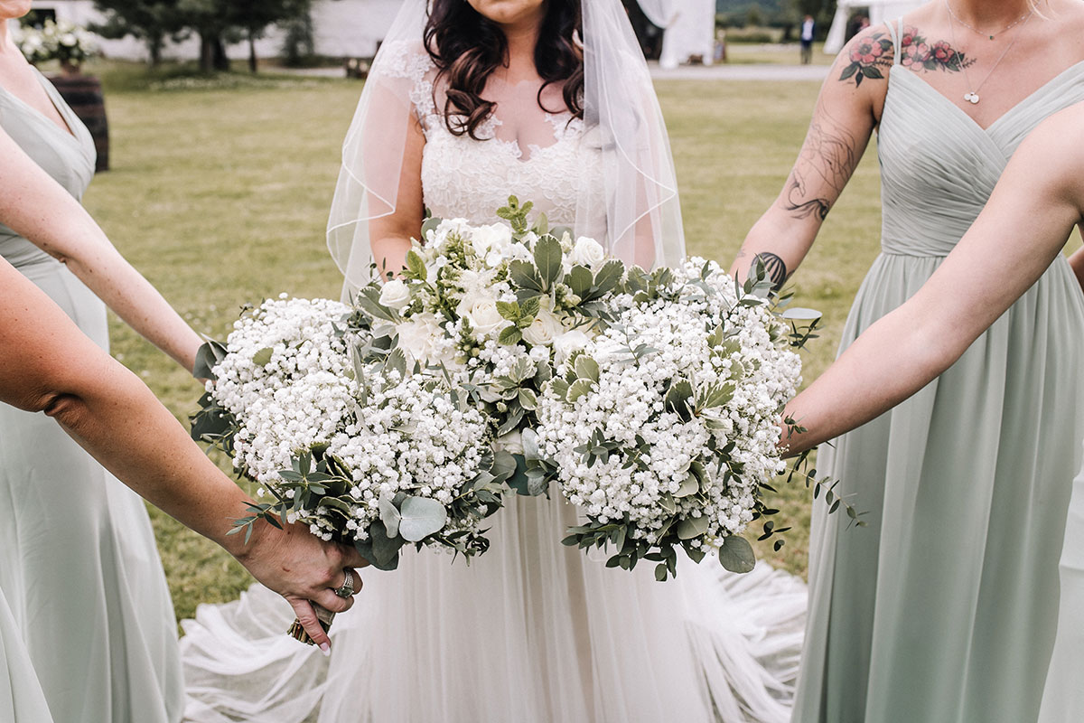 bride-and-bridesmaids-with-white-bouquets