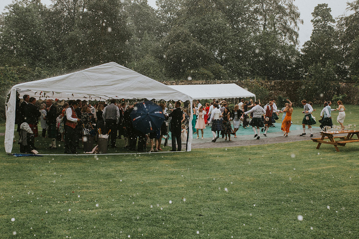 wedding-guests-ceilidh-dancing-in-the-rain