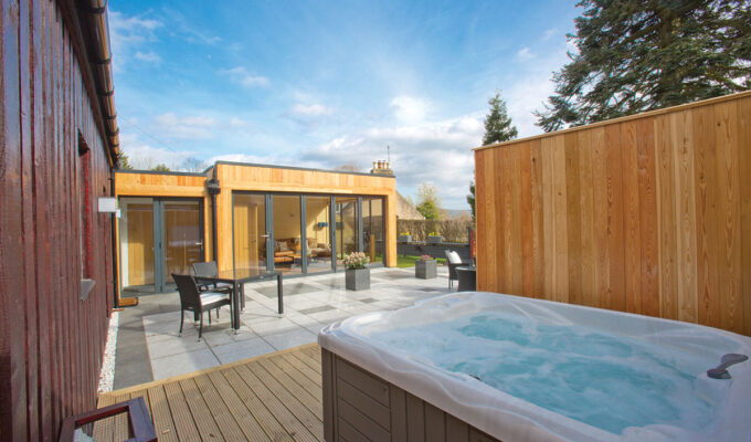 the-invergarry-outside-hottub