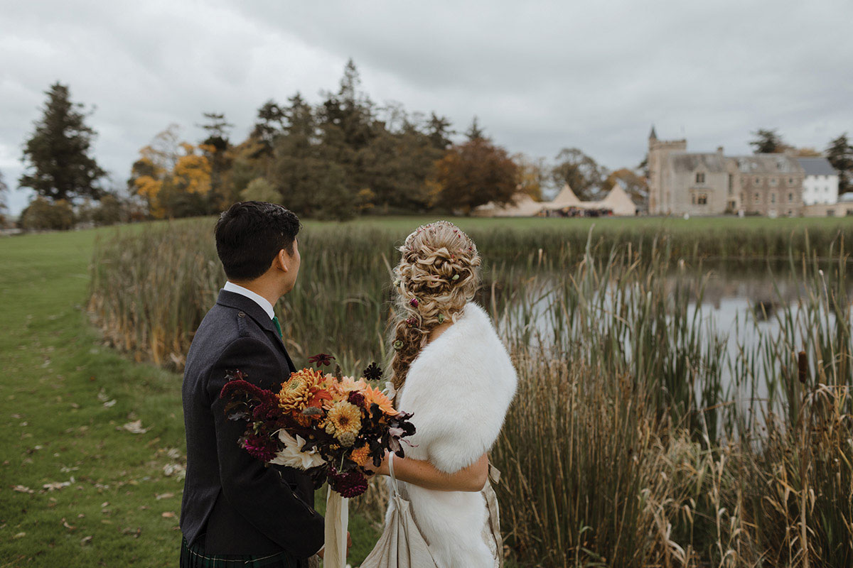 bride and groom at Hartree Estate with Boyes Botanics flowers