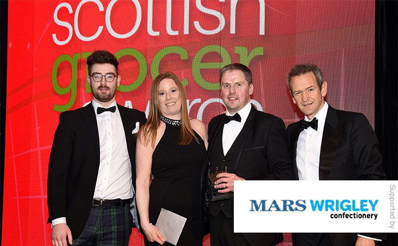 Fraser McMurdo, customer development manager, Mars Wrigley Confectionery and Alexander Armstrong present the Confectionery Award to Chris Cobb, Keystore Cults.